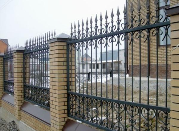Забор из профлиста и ковки навес для авто беседка мангал 2