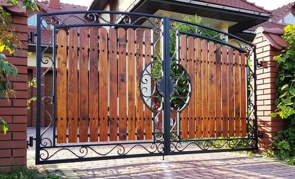 Забор из профлиста и ковки навес для авто беседка мангал 3