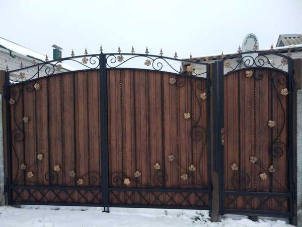 Забор из профлиста и ковки навес для авто беседка мангал 4